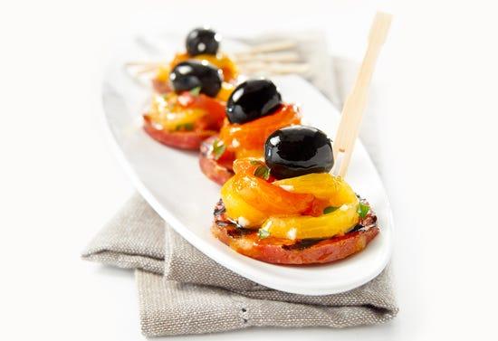 Bouchées de chorizo grillé, poivron rôti et olive