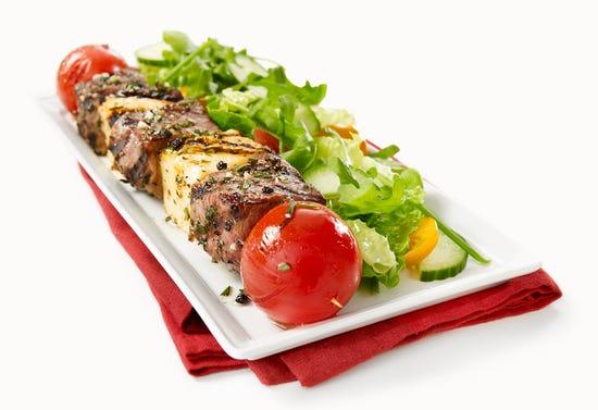 Brochettes de filet mignon, tomates cerises et halloumi