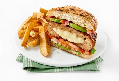 Burgers de porc farcis au fromage du Québec avec bacon et avocat Image