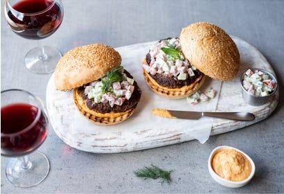 Burgers d'agneau à l'hoummous et à la salade de tomates, concombre et yogourt (Kofta) Image
