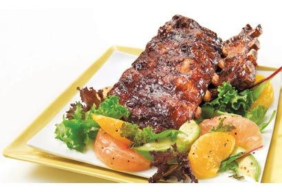 Côtes levées sauce barbecue maison et salade californienne Image
