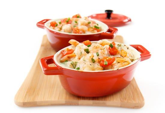 Mini casseroles of shrimp with white wine sauce