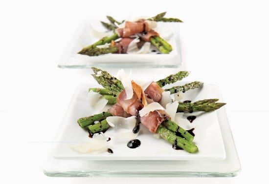 Fagots d'asperges grillées et prosciutto