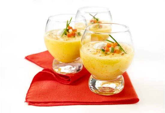 Gaspacho de tomate jaune en verrines avec vodka