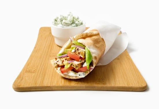 Gyros au poulet grillé avec tzatziki et salade de concombre