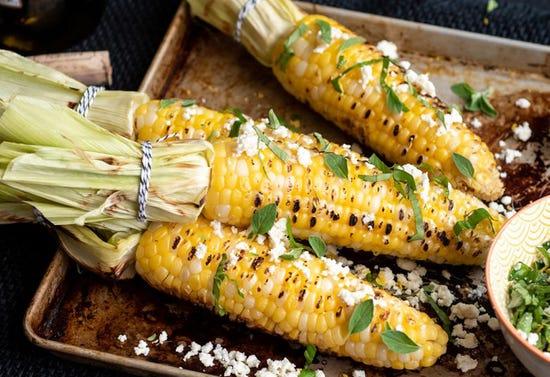 Maïs grillés à la féta, au basilic et à l'origan