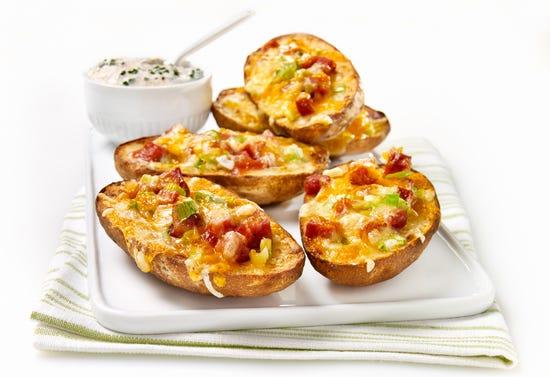 Pelures de pommes de terre gratinées avec trempette à la crème sure