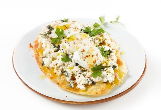 Pizza aux 3 fromages et herbes sur pain naan