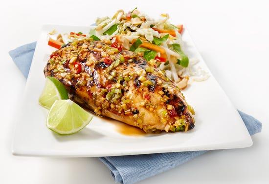 Poitrine de poulet barbecue asiatique et salade de fèves germées