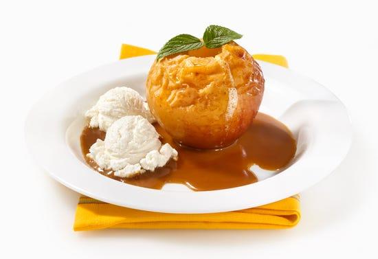 Pommes au four avec glace à la vanille et coulis de cidre