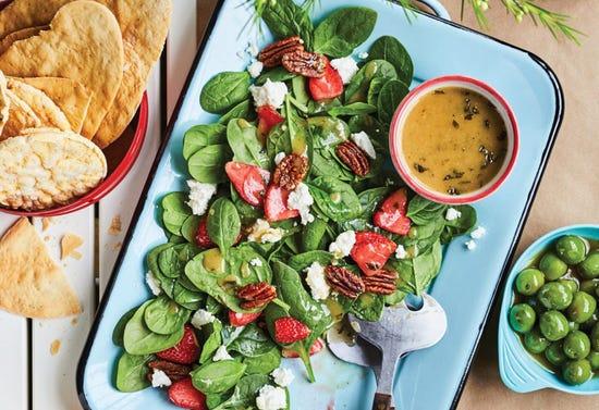 Salade d'épinards, fraises, pacanes et chèvre, vinaigrette à l'érable