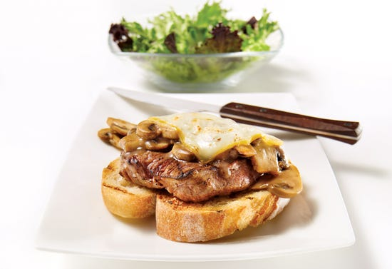 Steak sandwich au vin rouge et champignons