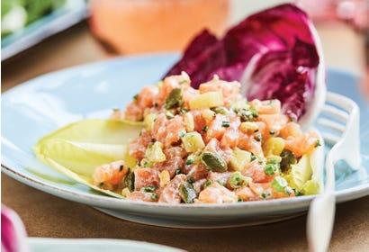 Tartare de saumon à l'ananas et au riz soufflé Image