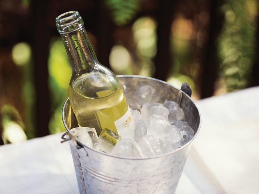 vin dans un sceau à glacon