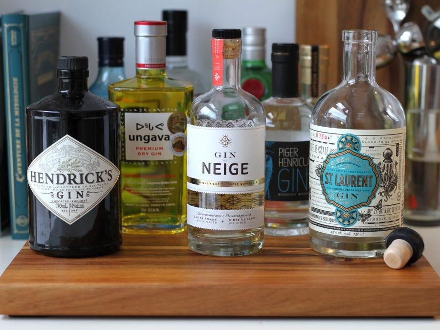 Plusieurs bouteilles de gin
