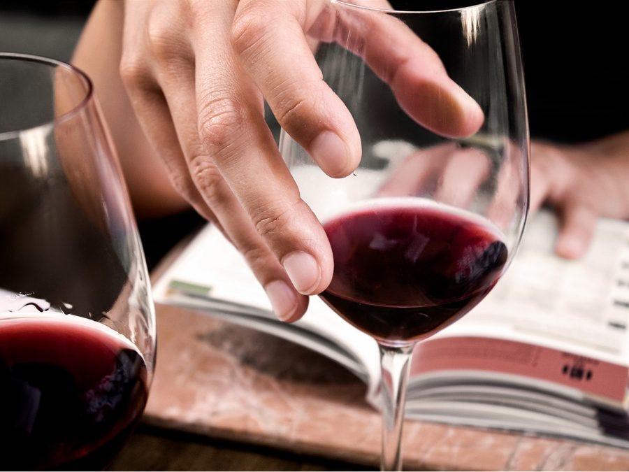 une coupe de vin rouge