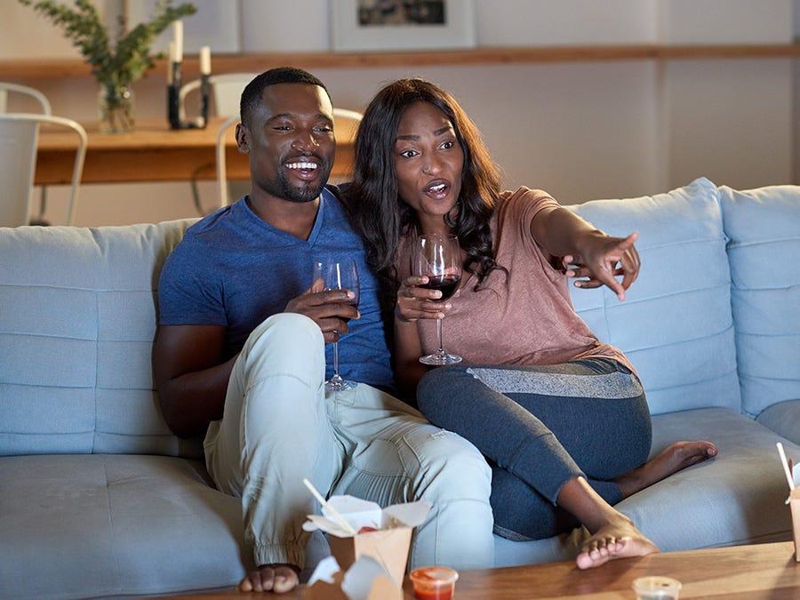 Couple avec un verre de vin