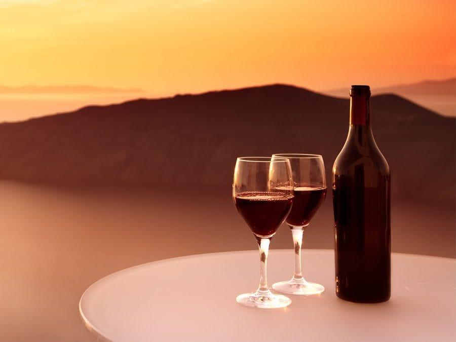 Verres et bouteilles de vin rouge de Grèce