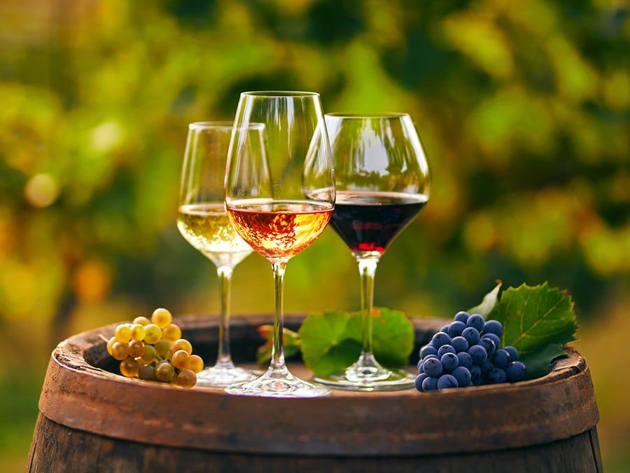 Trois verres de vin, rouge, blanc et rosé