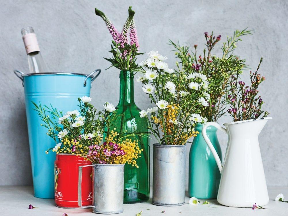bouquets dans des pots et bouteilles récupérées