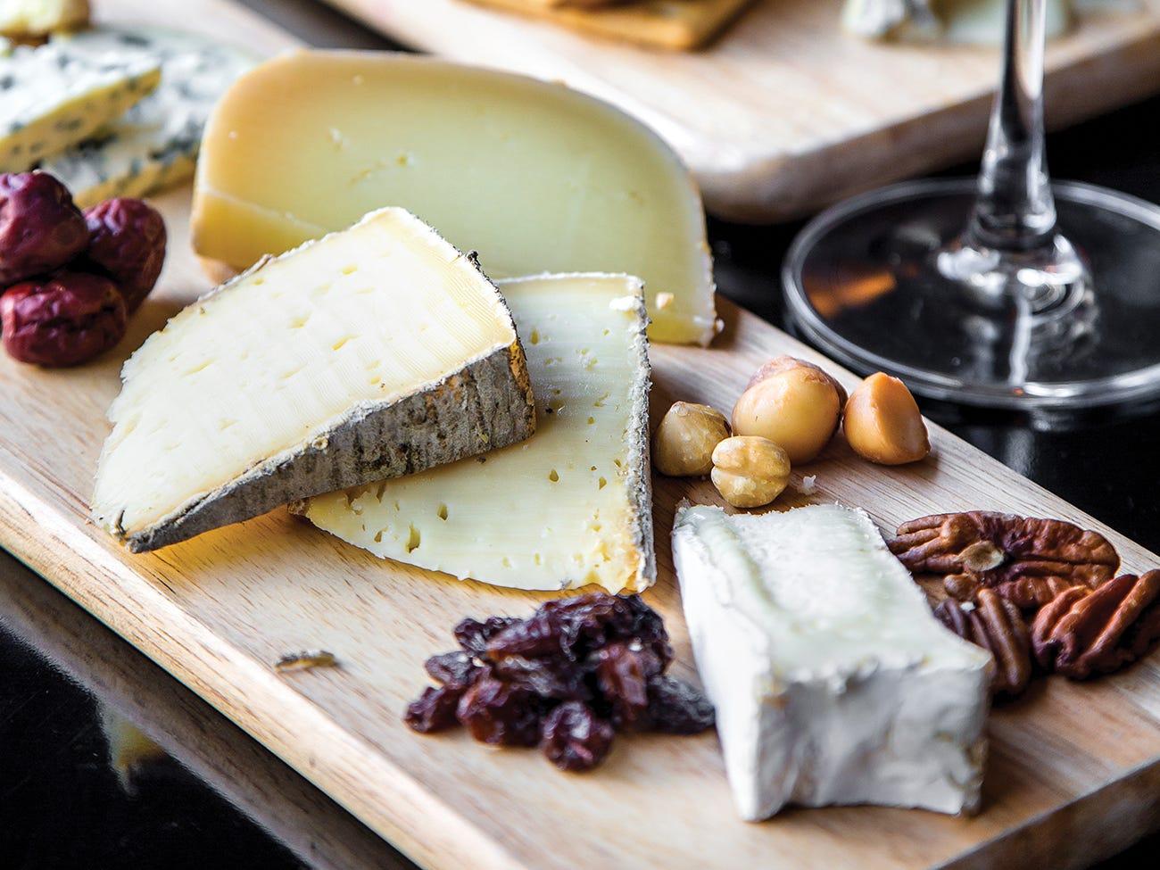 Plateau de fromages variés avec noix et fruits secs