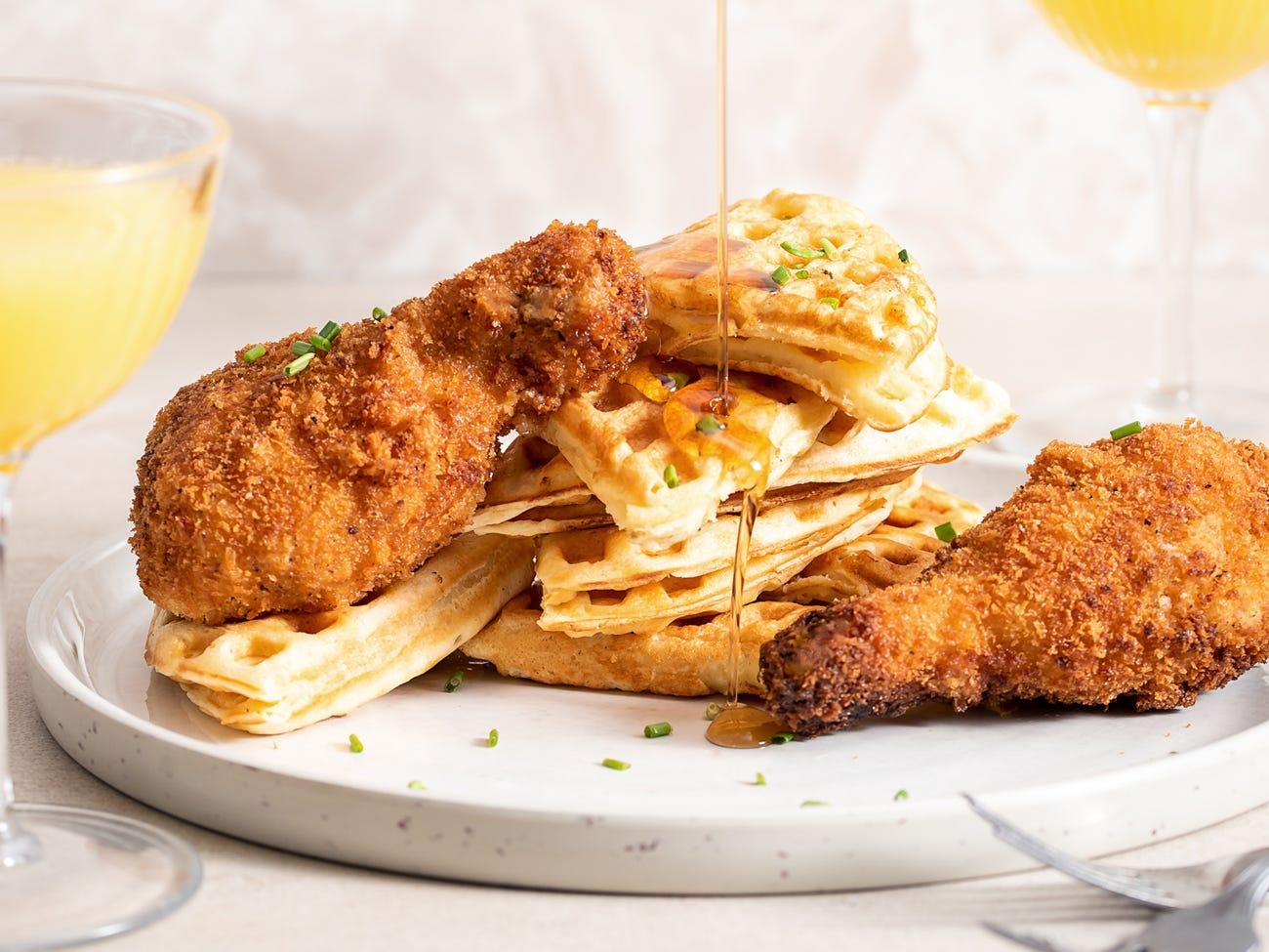 Gaufre belge avec poulet frit et beurre blanc au sirop d'érable
