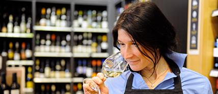Conseillère en vin dans une succursale dégustant un vin