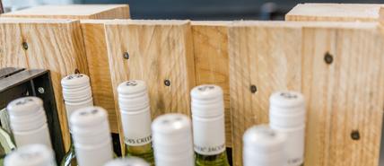 Bouteilles de vin dans une caisse de bois