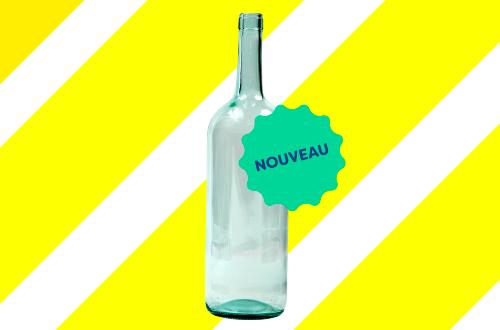 Dépôt d'une bouteille de vin vide pour la consigne