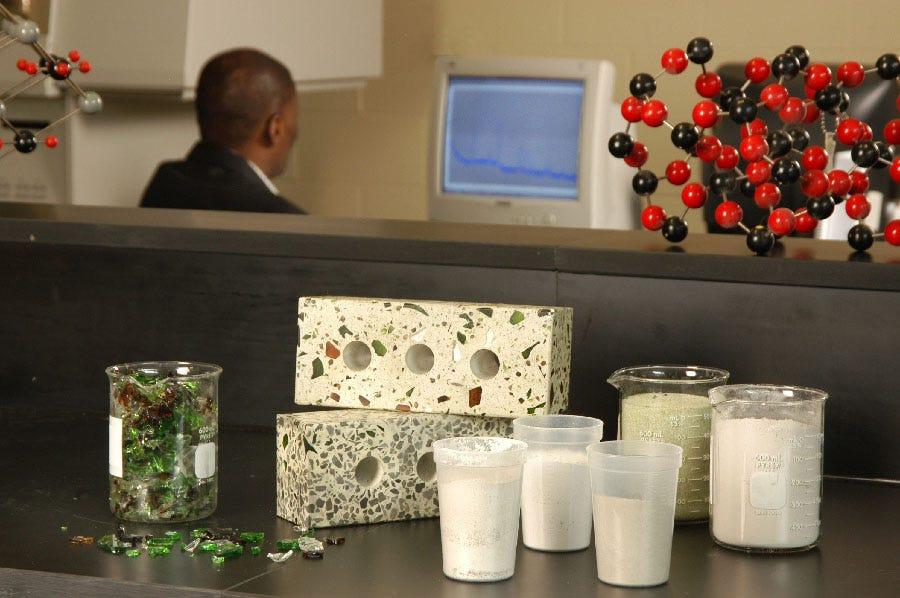 Morceaux de verre en divers formats et briques fabriqués à partir de verre.