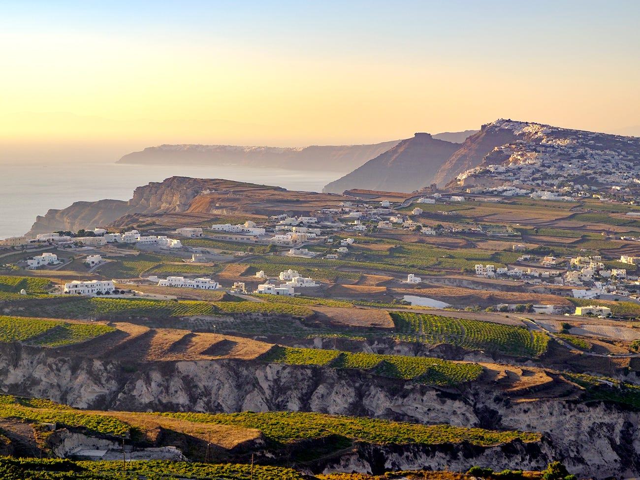 L'île volcanique de Santorin où l'assyrtiko est roi.