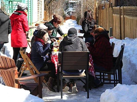 Personnes en train de savourer une repas à l'extérieur en hiver