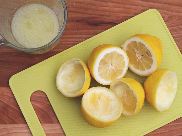 Limonade-vodka à la fraise - Couper les citrons