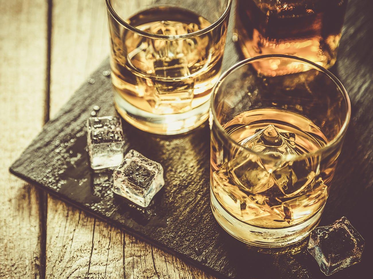 Verres de whisky avec des glaçons