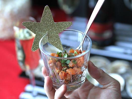 Entrée de tartare de saumon dans un verre